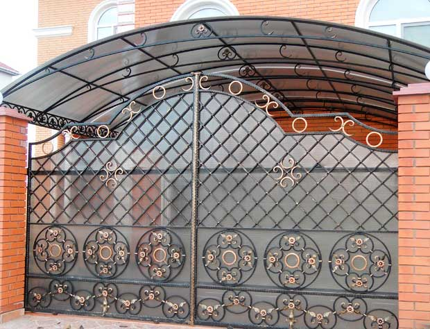 кованые распашные ворота с навесом